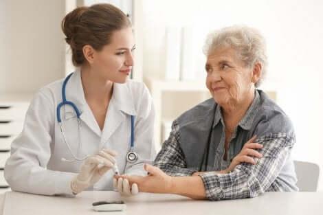 Examen médical d'une femme âgée.