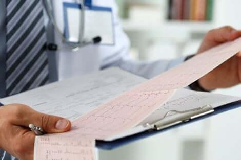 Un médecin qui analyse un électrocardiogramme.