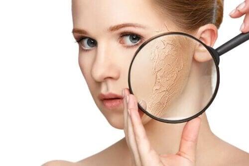 Examiner la peau sèche à la loupe.