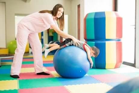 Une physiothérapeute avec un enfant.