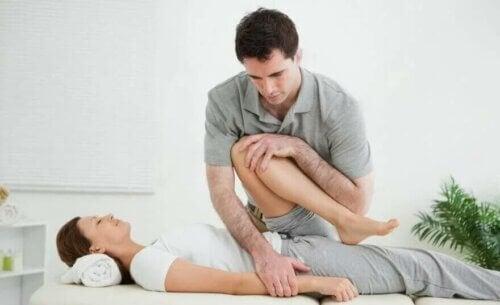 Un physiothérapeute et son patient.