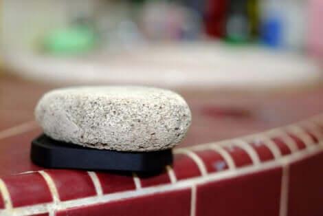 Une pierre ponce dans une salle de bain.