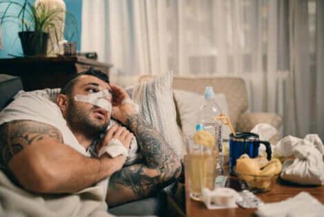 Un homme qui se repose après une opération du nez.