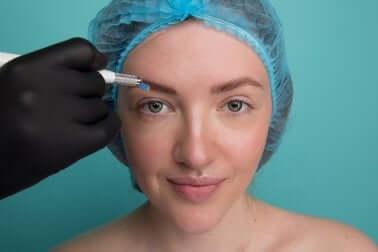 Les sourcils après le microblading.