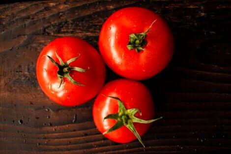 Trois belles tomates.