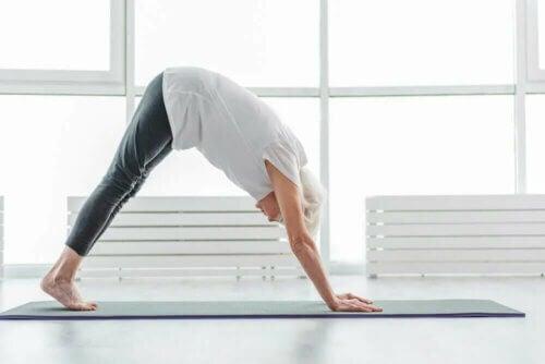 Une femme âgée qui fait du yoga.