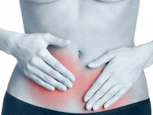 La tension latérale abdominale crée une forte douleur dans les abdominaux