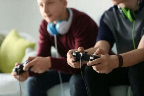 Deux adolescents jouant aux jeux vidéo.