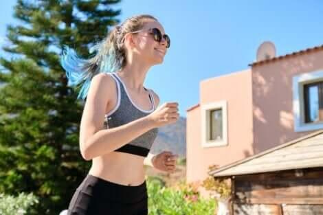 Une adolescente qui fait de l'exercice.