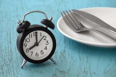 Une assiette vide avec un réveil.