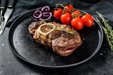 Viande de bœuf grillée avec des tomates.
