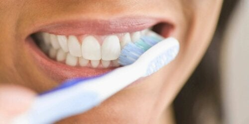 Une femme se brosse les dents.