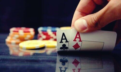 Une personne retourne des cartes.