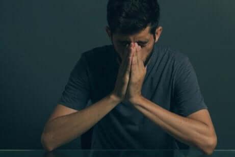 Un homme souffrant de dépression.