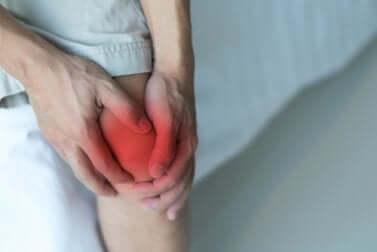 Une douleur au genou.