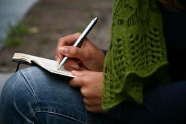 La main d'une femme qui écrit.
