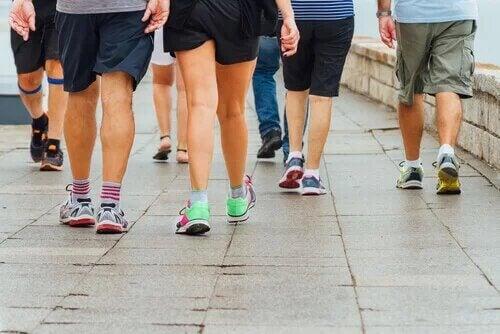 Faire de l'exercice et marcher peut aider les jambes gonflées par la chaleur.