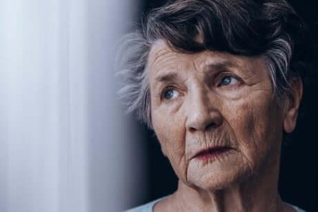 Le visage d'une femme âgée.