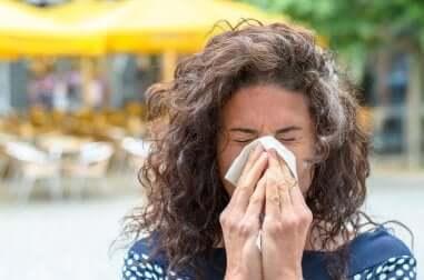 Une femme avec une allergie.