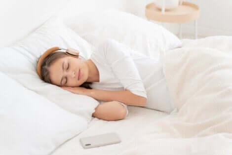 Une femme qui dort en écoutant le bruit blanc.