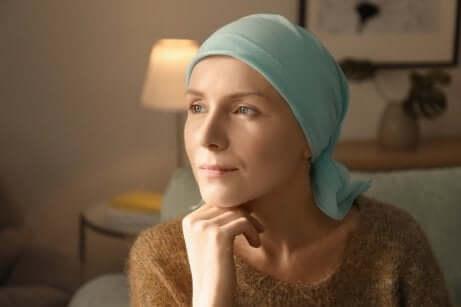 Une femme malade avec un foulard sur la tête.