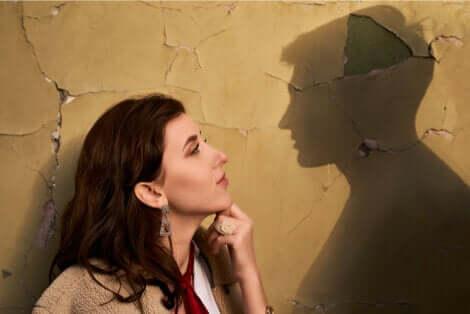 Une femme qui regarde l'ombre d'un homme.