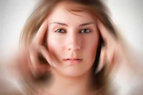 Une femme souffrant de vertige.