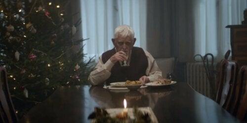 Un homme âgé qui mange seul.