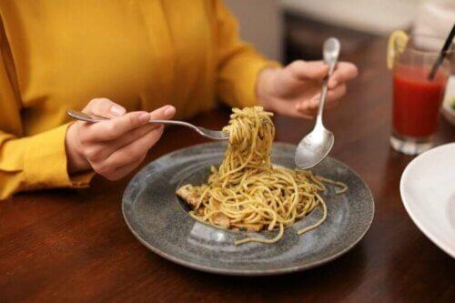 Manger des glucides au dîner fait-il grossir ?