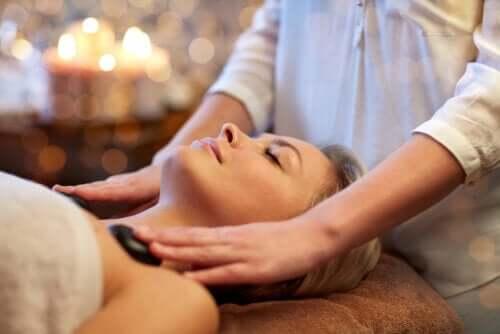 5 bienfaits des massages aux pierres chaudes