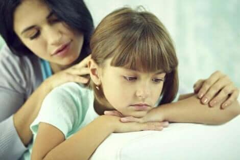 Une mère qui réconforte sa jeune fille.