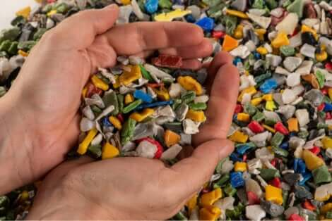 Des microplastiques dans une main.