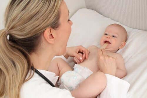 Cravate à lèvres chez les bébés : symptômes et traitement