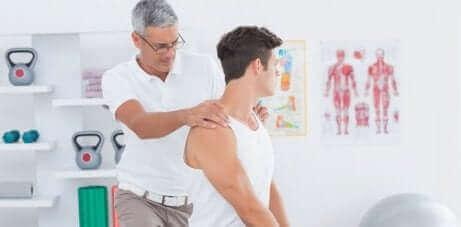 Un physiothérapeute fait un massage.
