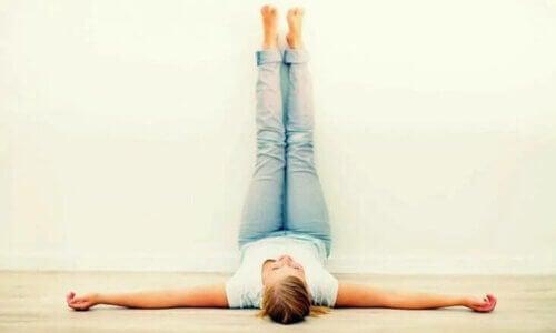 Les jambes gonflées par la chaleur peuvent être soulagées en mettant les pieds en l'air.