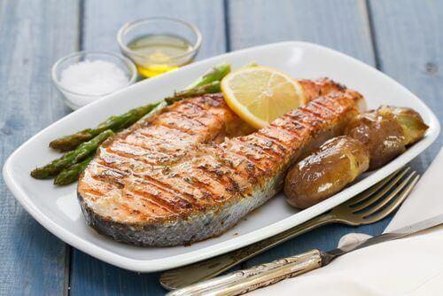 Un filet de poisson grillé.