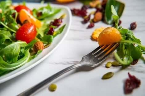 Salade verte avec des agrumes et des fruits secs.