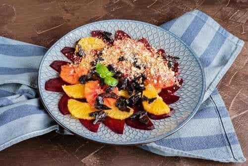 Salade fraîche aux agrumes, dattes et amandes