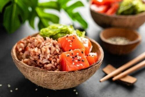 Le poisson comme le saumon accompagne aussi parfaitement vos recettes de salade de riz