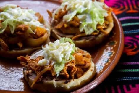 Sopes de nopal mexicains.