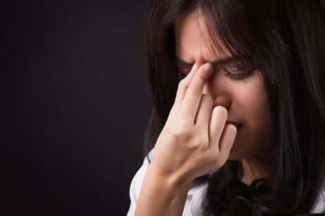 Une femme qui a mal à la tête.