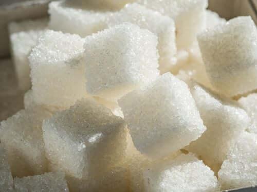 Des carrés de sucre blanc.