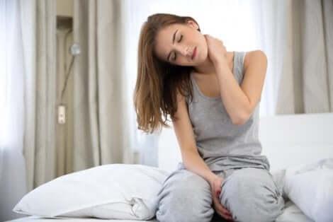 Une femme avec une tension musculaire.