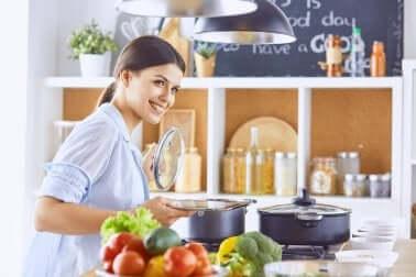Une jeune femme qui cuisine.