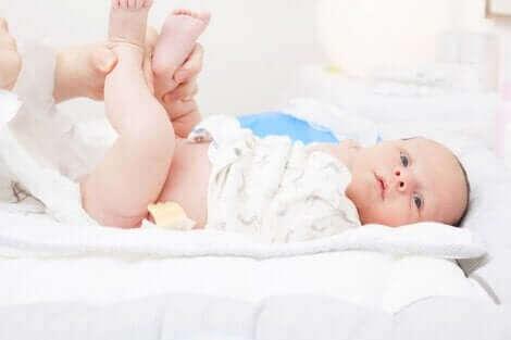 Changer la couche d'un bébé.