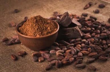 Du cacao en poudre et en grains.