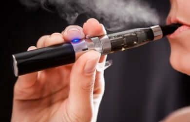 Une personne fumant une cigarette électronique.