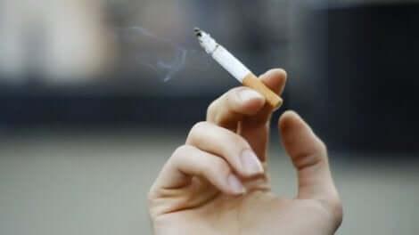 Une cigarette dans une main.
