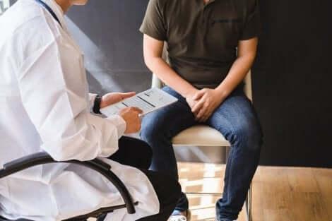 Un homme en consultation médicale.
