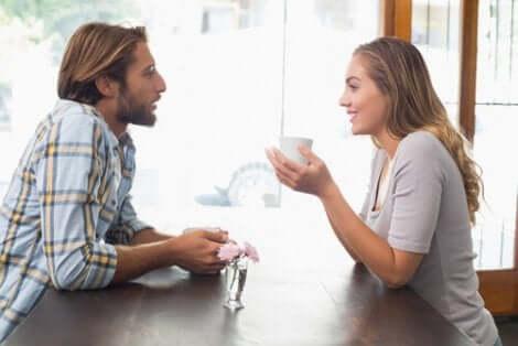 Un couple en pleine discussion.